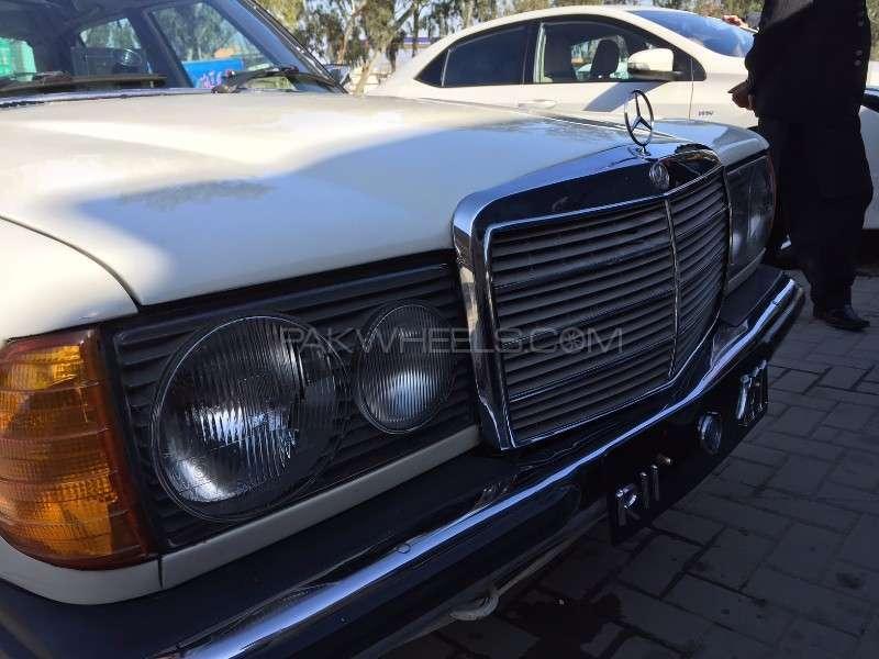 Mercedes Benz 250 D 1977 Image-3