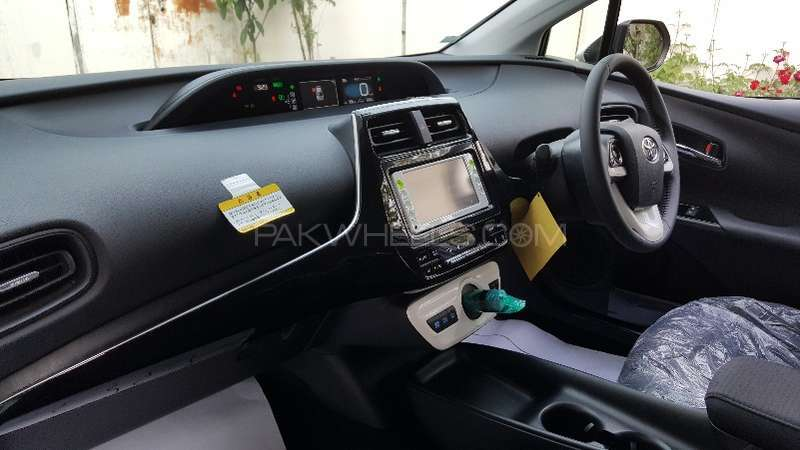 Toyota Prius S LED Edition 1.8 2015 Image-10