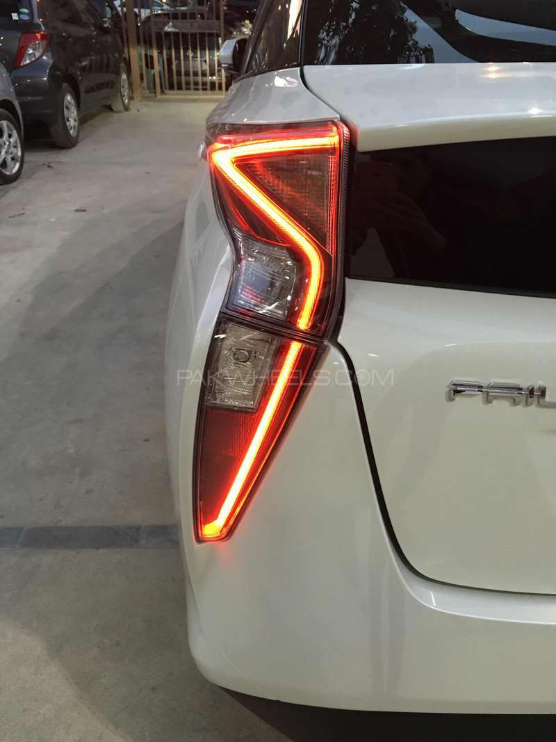 Toyota Prius G LED Edition 1.8 2015 Image-4