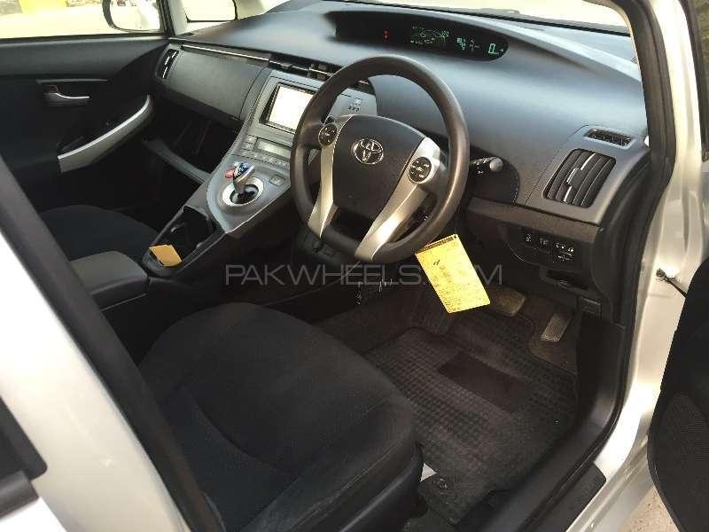 Toyota Prius L 1.8 2012 Image-14