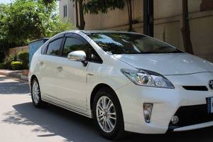Slide_toyota-prius-s-touring-selection-gs-1-8-2014-16509183
