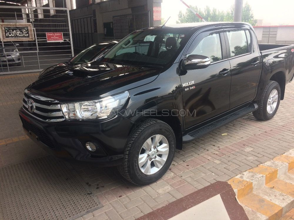toyota hilux 4x4 double cab standard 2017 for sale in peshawar pakwheels. Black Bedroom Furniture Sets. Home Design Ideas