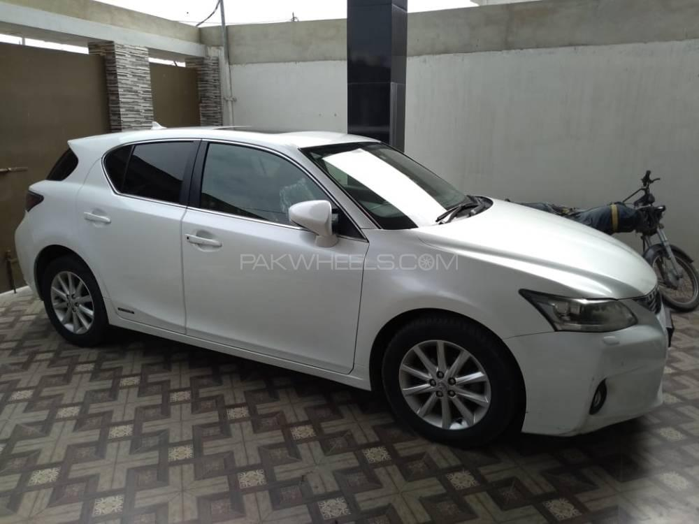 Lexus CT200h Base Model 2013 Image-1