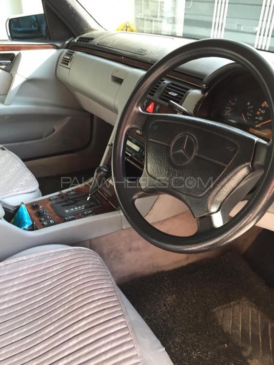 Mercedes Benz E Class E220 1995 Image-1