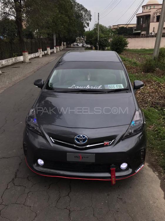 Toyota Prius Alpha - 2013  Image-1