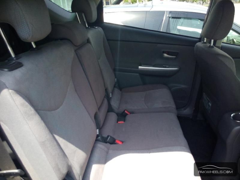 Toyota Prius Alpha 2012 Image-5