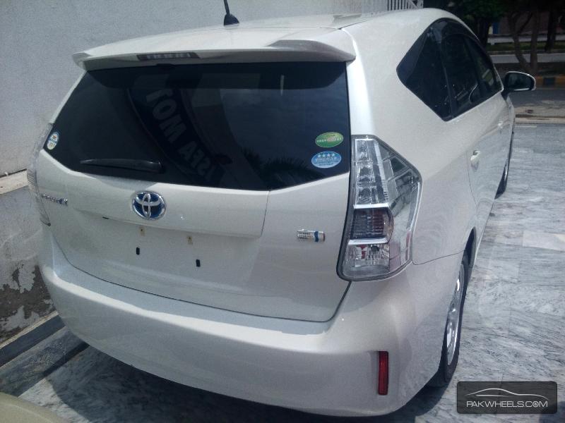 Toyota Prius Alpha 2012 Image-4