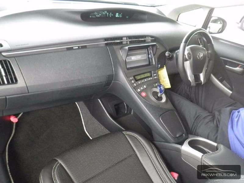 Toyota Prius S 1.8 2014 Image-3