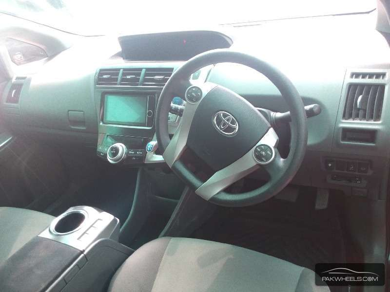 Toyota Prius Alpha 2013 Image-5