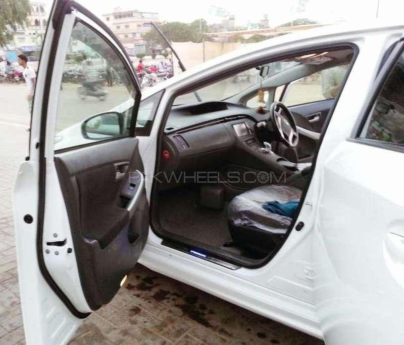 Toyota Prius 2011 Image-7