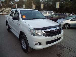 Slide_toyota-hilux-4x4-double-cab-standard-2011-9847314